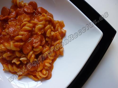 cocinar-con-recetas-pasta-espirales-con-salchichas-y-tomate-frito-2.jpg